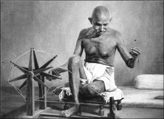 Mahatma Gandhi hilando para hacerse su propia ropa khadi